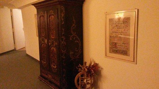 Hotel Weisses Kreuz : Våningsplan med vackra möbler