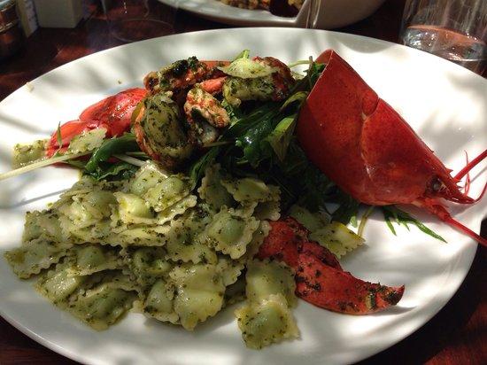 Les 2 Freres: Salade de homard, ravioles de romans roulées à l'huile de basilic