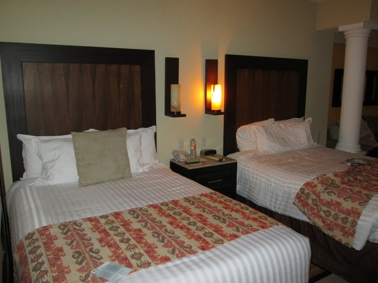 Barcelo Puerto Vallarta: 2 double beds where my 2 girl friends slept