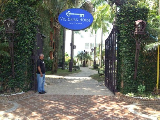 Victorian House Hotel Puerto Plata : The entry gate reminds me of the VIP entry at the Wynn Las Vegas