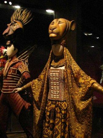 V&A  - Victoria and Albert Museum : Vestuario de El Rey León, parte de la colección de vestuario teatral
