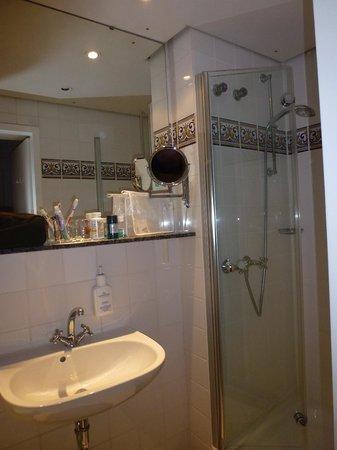 Henri Hotel Berlin: Bathroom