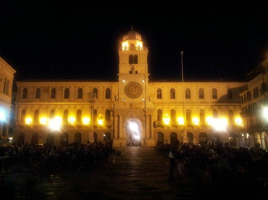 Piazza dei Signori di sera