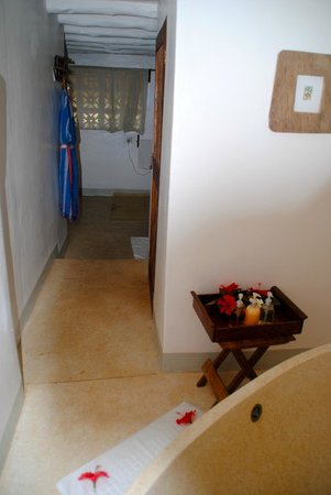 Matemwe Lodge, Asilia Africa : from bathtub area to main bathroom area