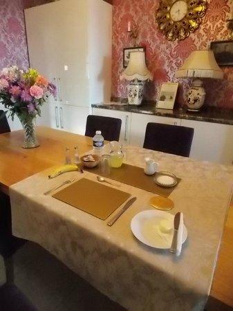 Edwardian house Bed and Breakfast: Breakfast table