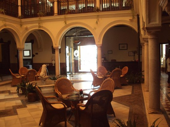 Hotel Palacio Marques de la Gomera: Patio interior y en el la recepción.