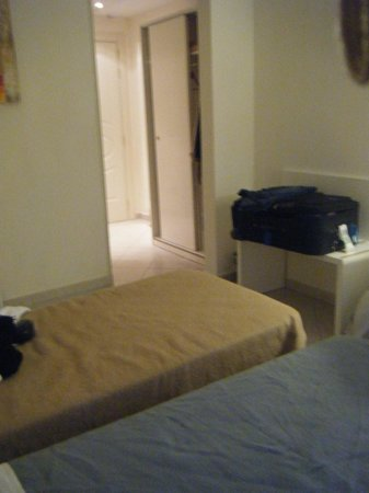 Hotel Anglo Americano: The room (looks a bit plain but duvets had been chucked to side)
