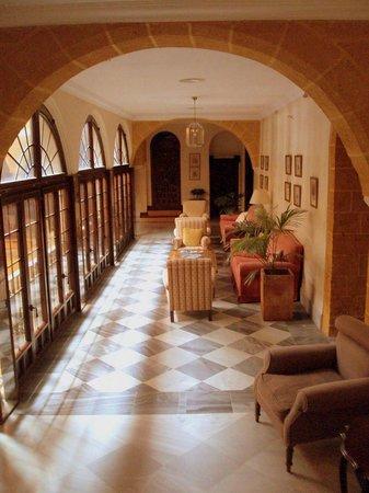 Hotel Palacio Marques de la Gomera: Pasillo del patio interior que conduce a las habitaciones.