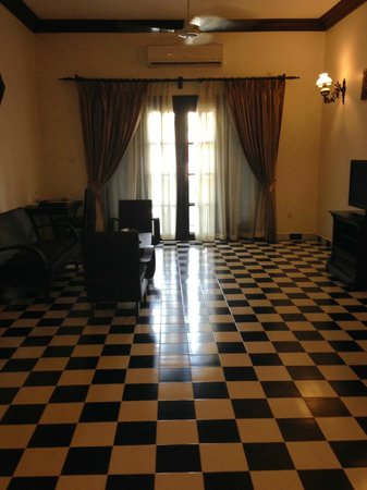 Chateau d'Angkor La Residence: Main area with doors to deck