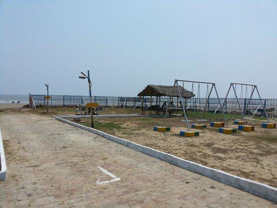 Bombay Beach Resort: Lawn