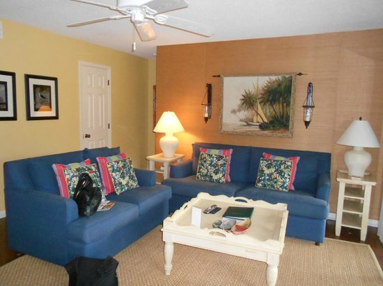 The Sanctuary Hotel at Kiawah Island Golf Resort : Comfortable Room with Big Screen TV