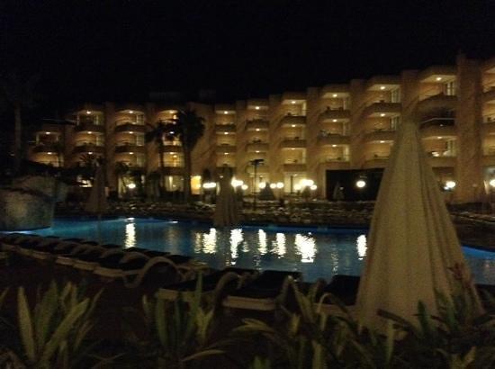 Tropic Garden Aparthotel : hotel at night