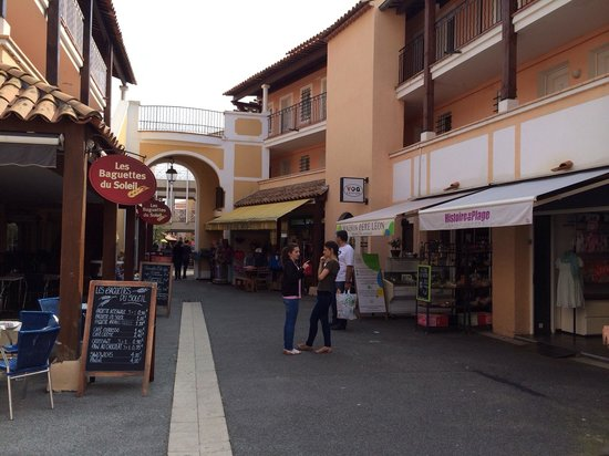 Pierre & Vacances Resort Cap Esterel: Rue commerçante