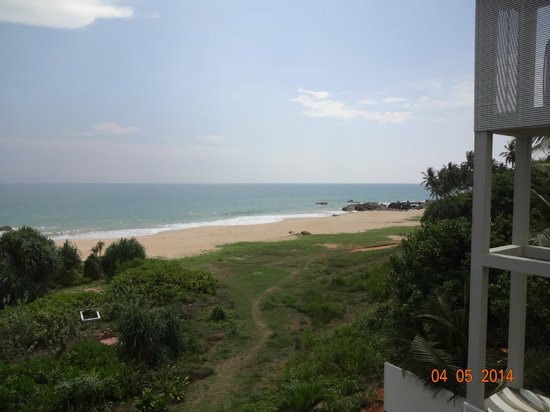 Amba Ayurveda Boutique Hotel: looking at the beach from swimming pool