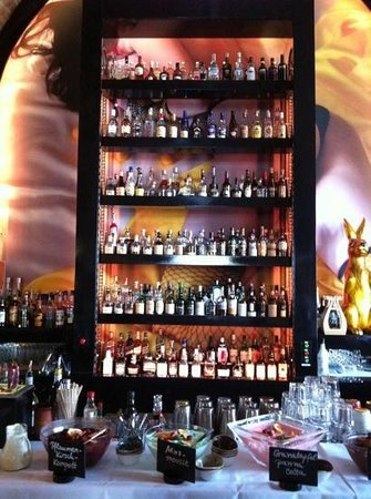 Citrus: Flaschenpaternoster an der Bar