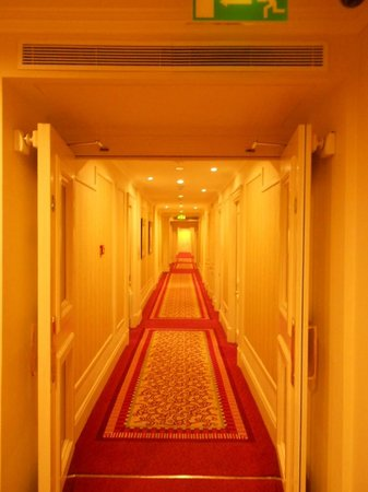 Grosvenor House, A JW Marriott Hotel : Hallways in the hotel, kind of reminded me of the Shinning! LOL