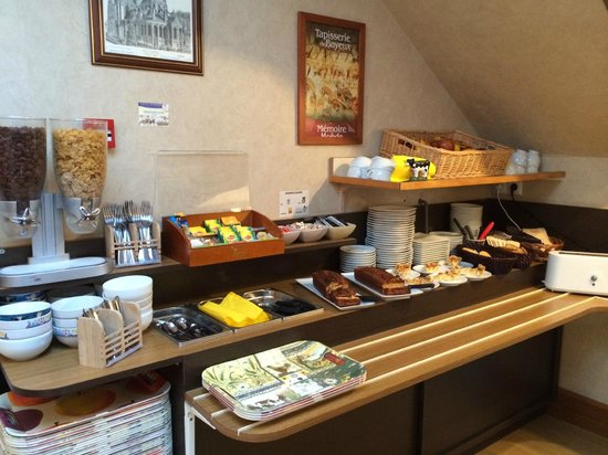 Hotel Le Bayeux: Array of breakfast foods