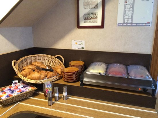 Hotel Le Bayeux: Buttery warm croissants and hot breakfast food