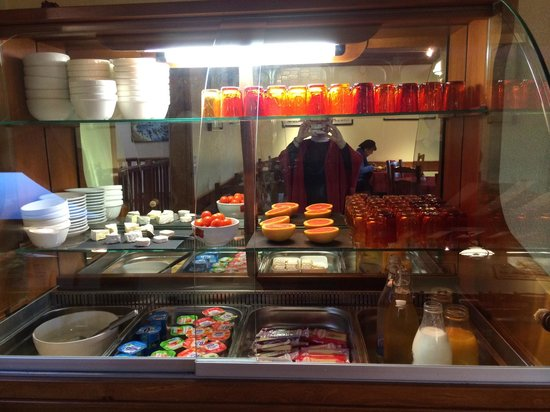 Hotel Le Bayeux: Cold breakfast foods