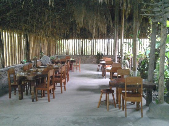 Orchid Garden Eco-Village Belize : Beautiful dining area, all hand made solid mohagony furniture