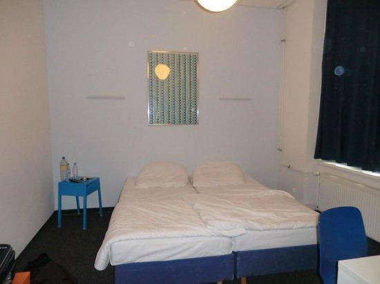 Hotel 103: Camera con due letti singoli trasformata in matrimoniale