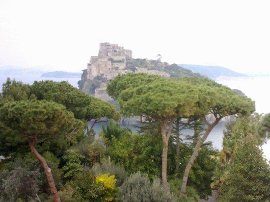 Castello Aragonese: La storia nella natura