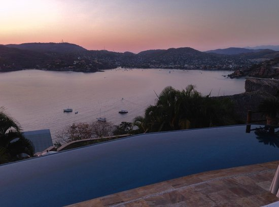 Amuleto: The Bay and Village of Zihuatanejo