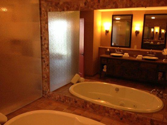 Hyatt Residence Club San Antonio, Wild Oak Ranch: Jacuzzi Tub / Shower / Modern Sinks