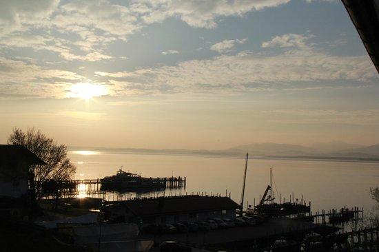 Ferienresidenz Chiemseestern: Рассвет над озером - вид из номера