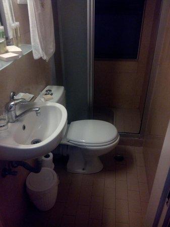 Legacy Hotel: Un lavandino per nonati è più grande e le ginocchia dove le mettiamo ?  2 metri per uno