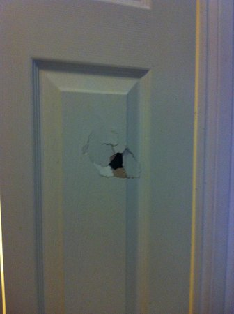 The Merchants Hotel: Hole in the bathroom door