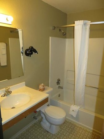 Super 8 Socorro: Bathroom