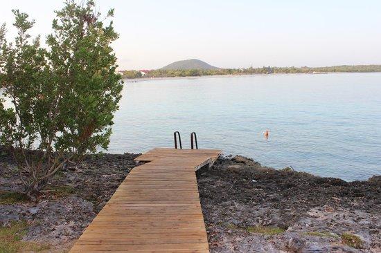 Hotel Playa Costa Verde: Ladder outside dive shop.