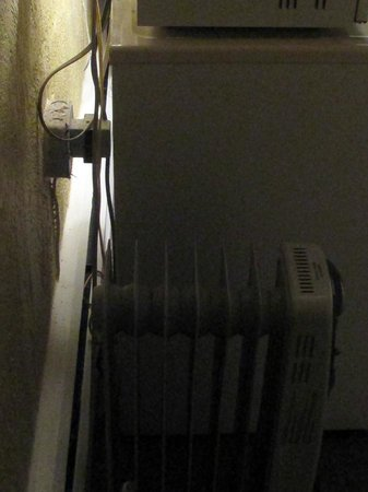 Guest Ranch Motel: Radiator heat.