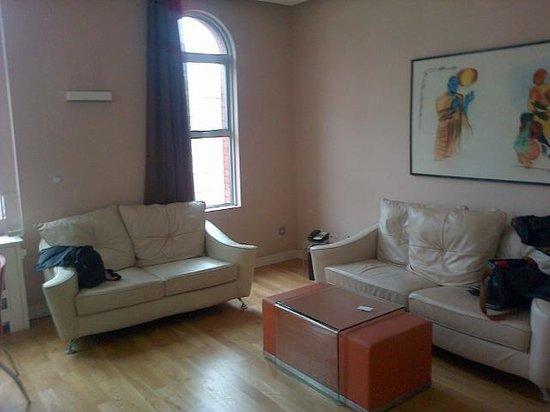 The Harrington : Living con dos sofás grandes