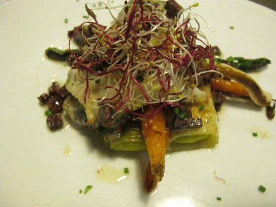 Imprevist Restaurant: Rodaballo con zanahoria baby, puerro y aceite de butifarra negra ahumado