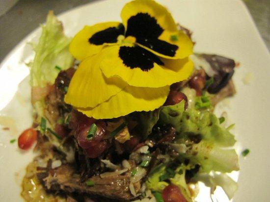 Imprevist Restaurant: Sugerencia del día (Ensalada pato con pensamientos, granadas, parmesano y vinagreta trufada)