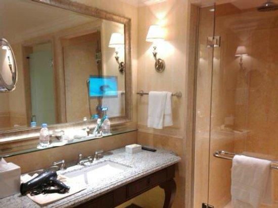 Four Seasons Hotel Lion Palace St. Petersburg: ТВ в ванной...ну не излишество?)