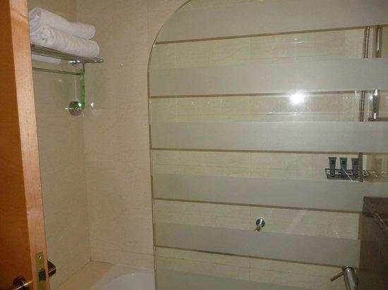 Al Khoory Executive Hotel – Al Wasl: Baignoire avec douche
