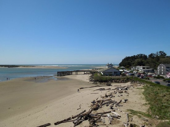 Siletz Bay Lodge: View from our 4th floor balcony, tide out.