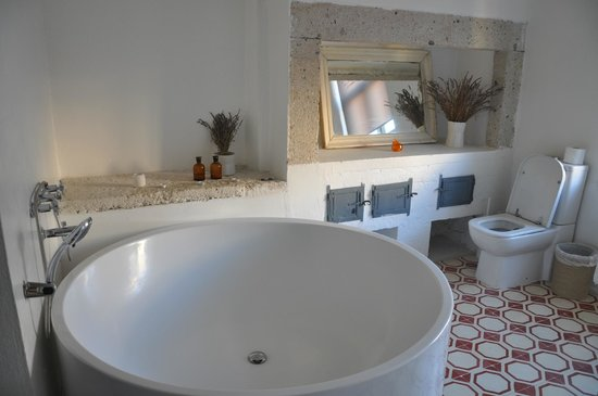 Sudan Palas: our bathroom with an amazing big bath tub