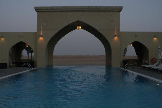 Tilal Liwa Hotel: Pool with desert view