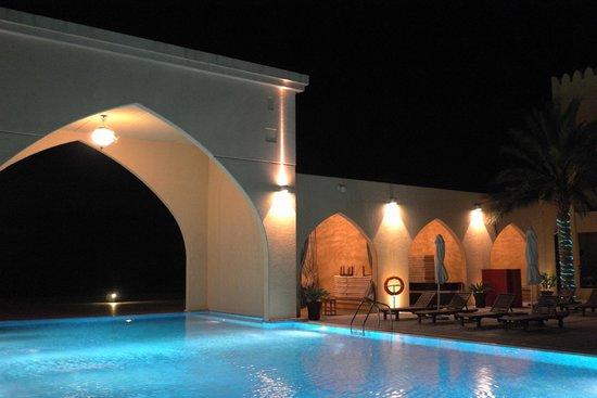 Tilal Liwa Hotel: Pool at night