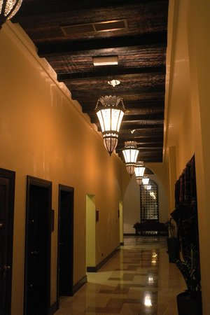 Tilal Liwa Hotel: Hallway. Prayer rooms on the left