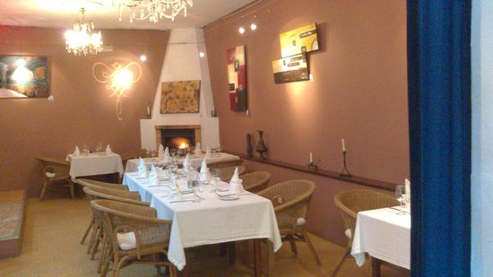 Cachoa Restaurant: Inner dining area with fireplace