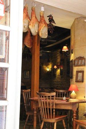 Chez Le Gaulois : l'entrée vue de la terrasse
