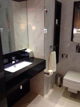 DoubleTree by Hilton London Greenwich: Bathroom 028