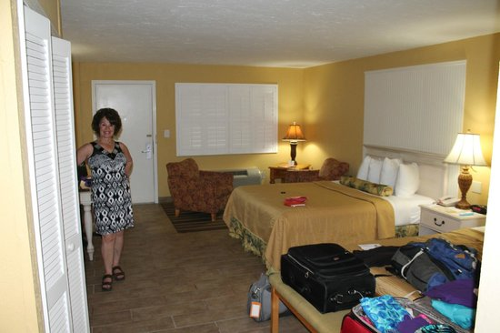 Best Western Hibiscus Motel : Looking toward the door - two queen beds