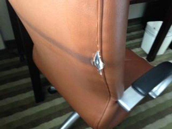 Quality Inn & Suites New York Avenue : grausig alter Schreibtisch-Sessel im Hotelzimmer