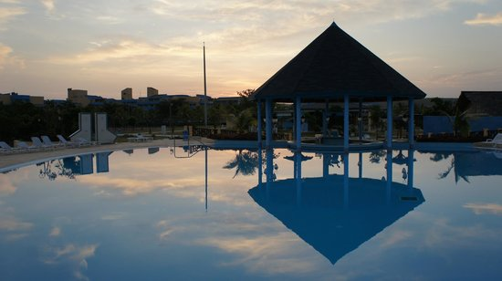 Hotel Playa Costa Verde: View of the Plus pool in the morning.